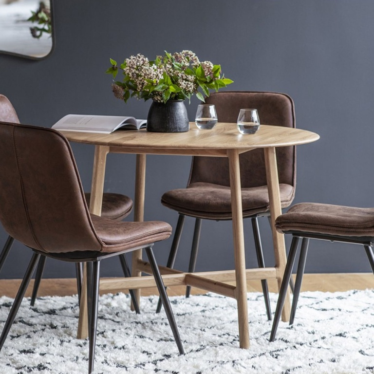 Jacobsen Round Dining Table in oak with chairs